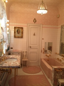 Yep, that's a pink bathroom!